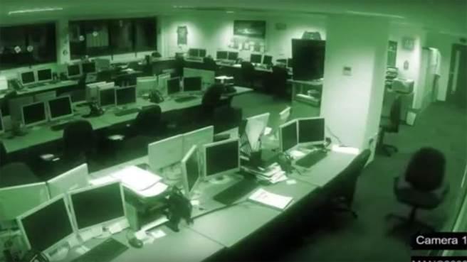 [新聞]  鬼話連篇》辦公室無人的自動門…